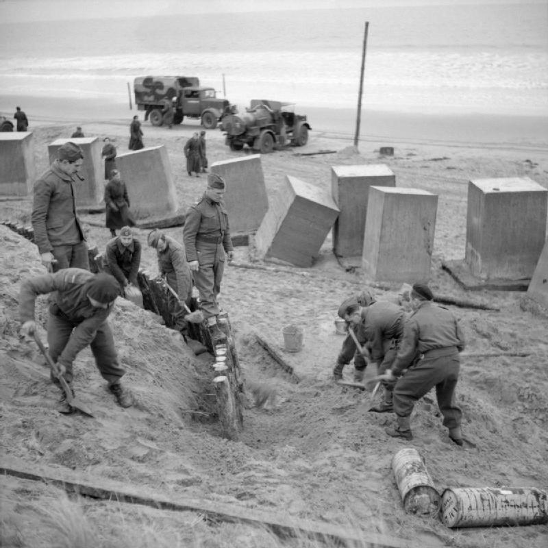 Британцы строят оборонительные сооружения пляжа в Тентсмуире в Шотландии.