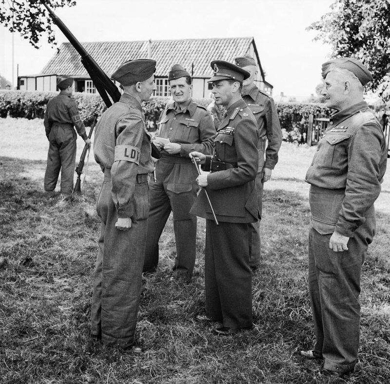 Король Георг VI с членом ополчения во время инспекции в Кенте. 10 августа 1940 г.