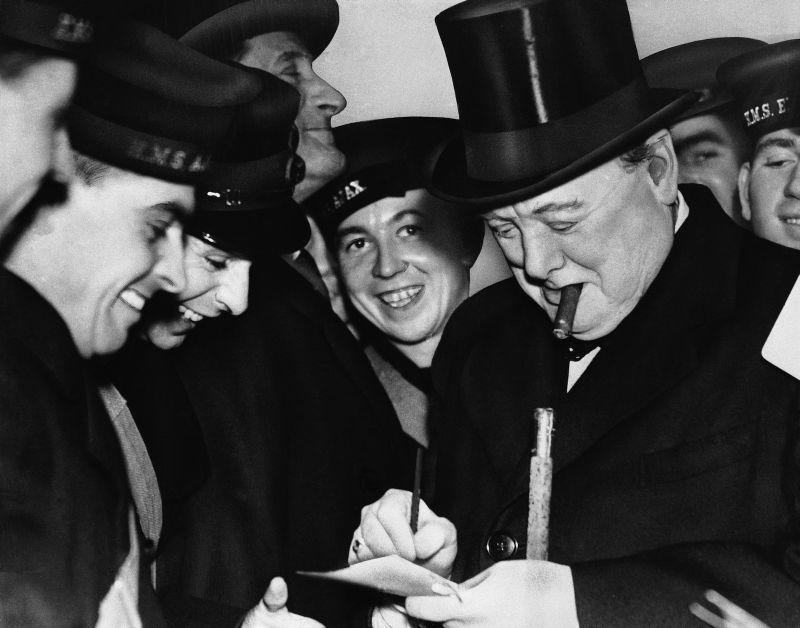 Уинстон Черчилль дает автографы морякам крейсеров «Аякс» и «Эксетер», принимавшим участие в бою с тяжелым крейсером Кригсмарине «Адмирал граф Шпее» у Ла-Платы. 23 февраля 1940 г.