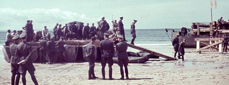 Немецкие офицеры наблюдают за маневрами с транспортной баржей, приготовленной для операции «Морской лев».