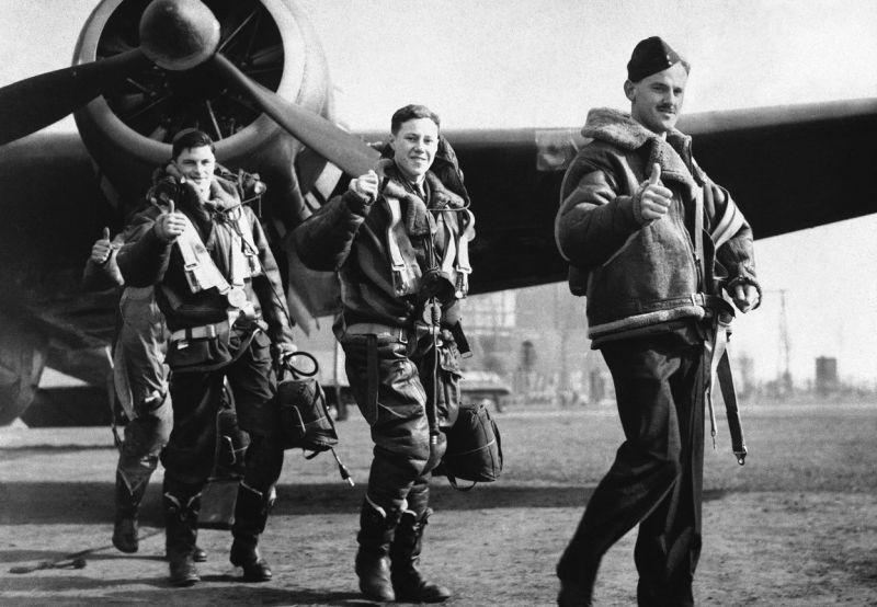 Экипаж бомбардировщика Хендли Пейдж HP.52 «Хемпден» вернулся с боевого вылета . 22 апреля 1940 г.