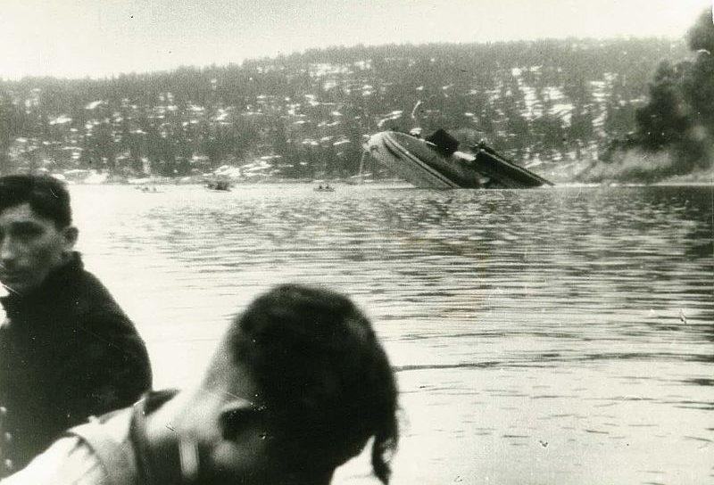 Выжившие немцы на фоне тонущего «Блюхера».