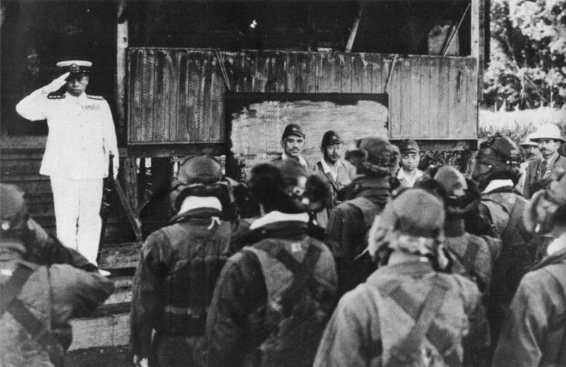 Адмирал Ямамото приветствует японских военно-морских пилотов в Рабауле за несколько часов до своей смерти.