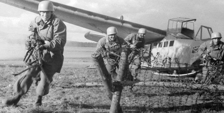 Высадка немецкого десанта с планера.