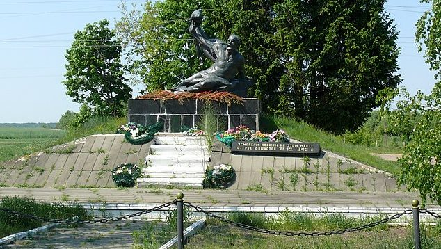 с. Липники Лугинского р-на. Памятник на месте расстрела жертв фашизма.