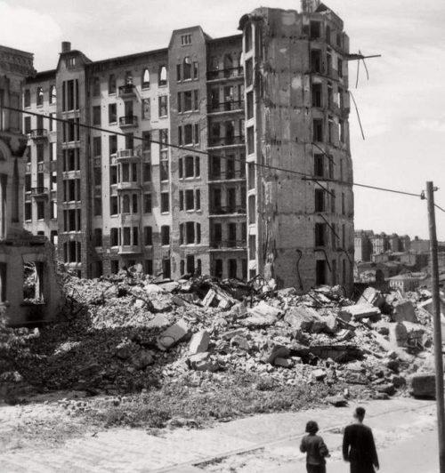 Сгоревший 12-этажный дом Гинсбурга (единственный небоскреб на то время в СССР). Октябрь 1941 г.