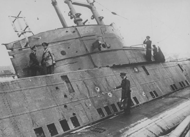 Офицеры Кригсмарине осматривают захваченную британскую подлодку «Сил». Май 1940 г.