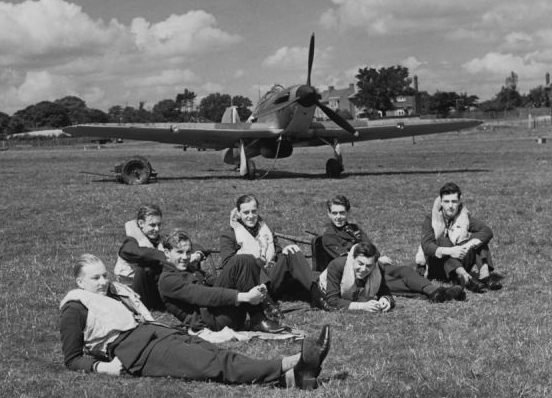 Пилоты в ожидании вылета на аэродроме в Хокиндже. Июль 1940 г.