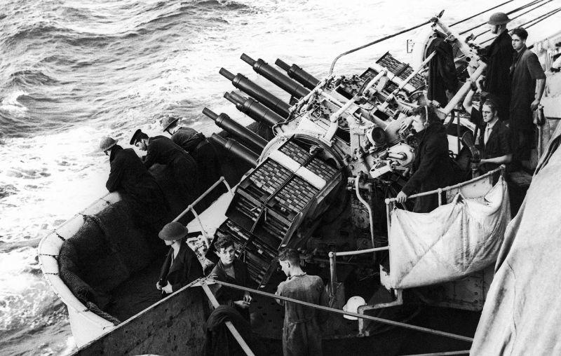 Многоствольная зенитная установка «Пом-пом» на одном из английских боевых кораблей. 21 июня 1940 г.