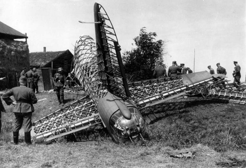 Хвостовая часть, сбитого над Хаарлемом британского бомбардировщика Виккерс «Веллингтон». Июль 1940 г.