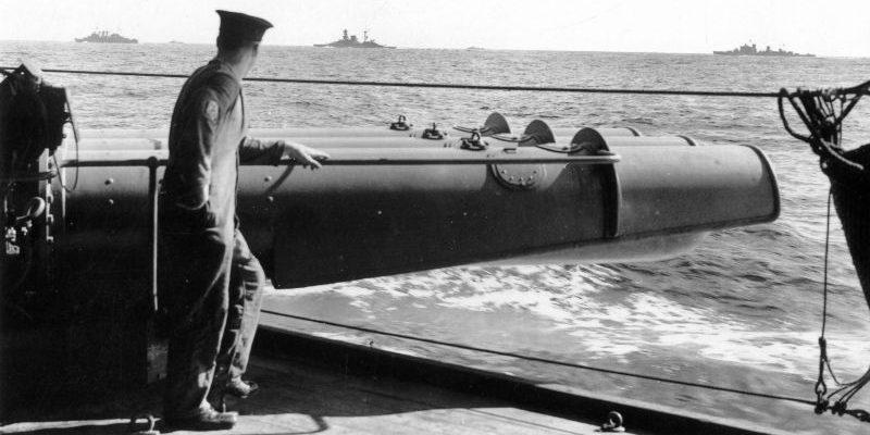 Матрос британского крейсера «Шеффилд» у 21-дюймового 3-х трубного торпедного аппарата. Ноябрь 1940 г.