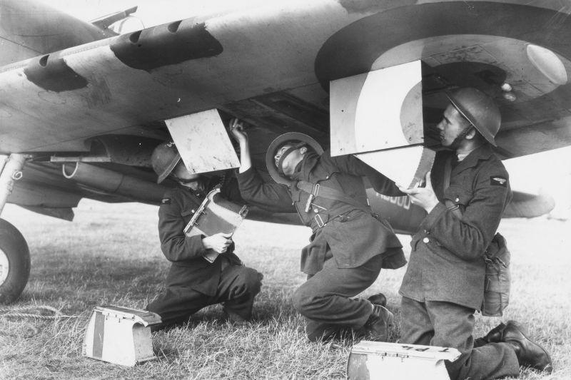 Оружейники заряжают пулеметы истребителя «Спитфайр» на авиабазе Грейвзенд. 18 сентября 1940 г.