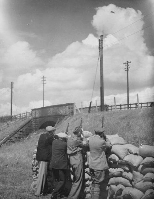 Ополченцы обучаются прицеливаться по низколетящим целям. Ланкашир, сентябрь 1940 г.