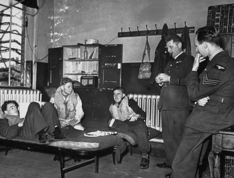 Летчики отдыхают во время перерыва между боевыми вылетами. Сентябрь 1940 г.