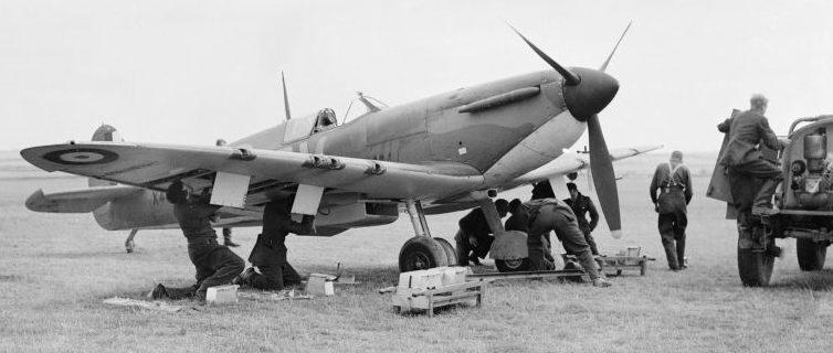 Обслуживание истребителя «Спитфайр» на аэродроме Фоулмир. Сентябрь 1940 г.
