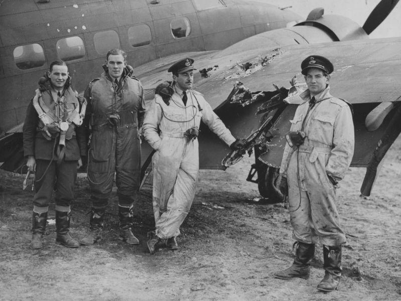 Экипаж бомбардировщика «Хадсон» у самолета со следами повреждений от немецкого зенитного огня. Октябрь 1940 г.