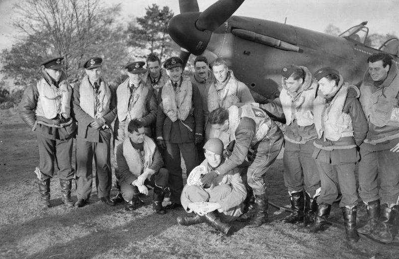 257-я эскадрилья Королевских ВВС у истребителя «Харрикейн». Ноябрь 1940 г.