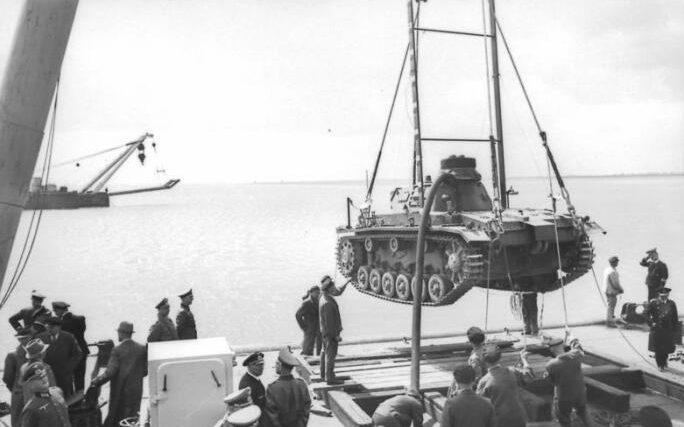 Спуск подводного танка под воду.