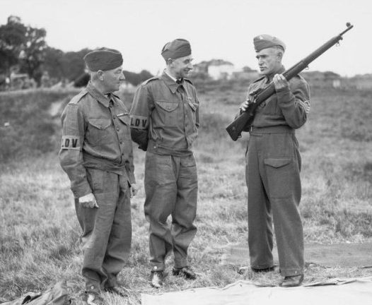 Ополченцы изучают устройство винтовки. 1940 г.