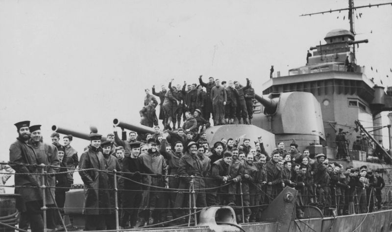 Матросы и солдаты на палубе тяжелого крейсера «Девоншир» во время норвежской компании. 1940 г.