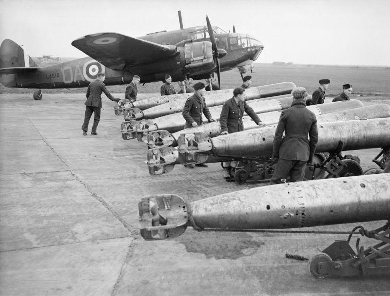 Торпедоносец Бристоль «Бофорт» Mk I и авиационные торпеды на авиабазе Норт-Котс. Декабрь 1940 г.