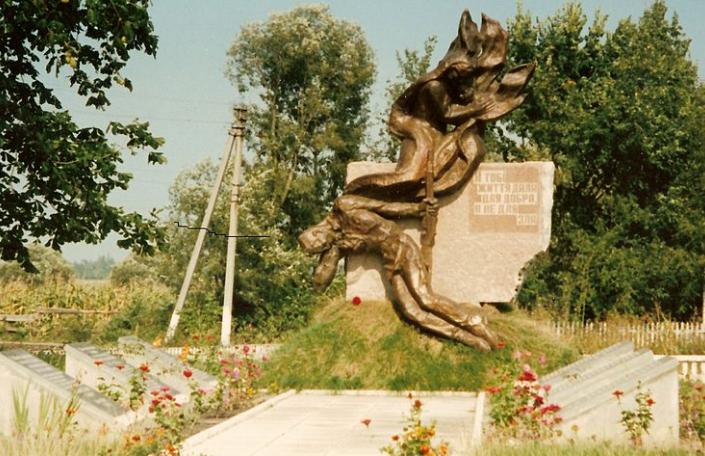 с. Гриновцы Любарского р-на. Памятник у братских могил, в которых похоронено 58 советских воинов. Скульптор – И. Табачник.