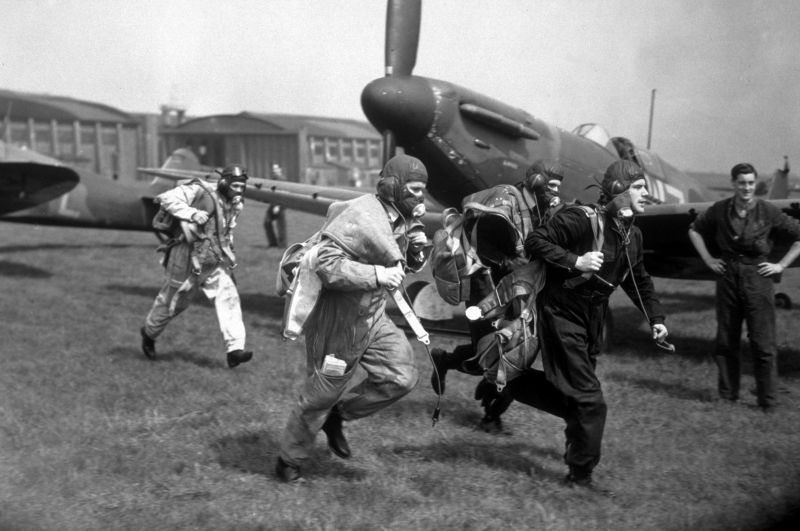 Пилоты истребителей «Спитфайр» Mk. I во время учений на авиабазе «Даксфорд». 1940 г.