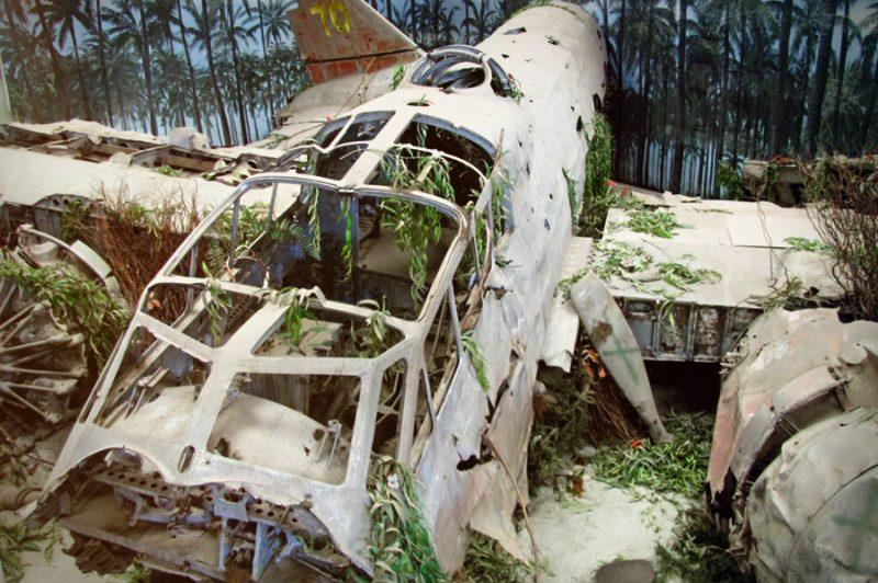 Музейная экспозиция, изображающая место падения самолета Ямамото.