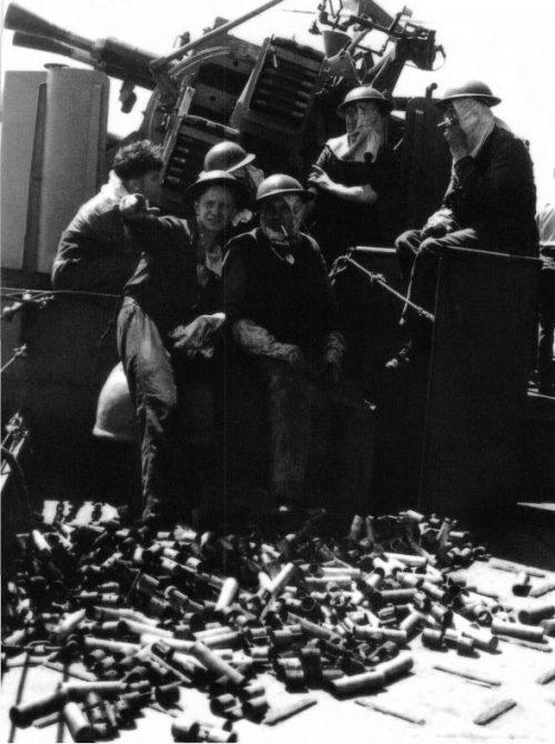 Моряки расчета счетверенной установки «Пом-пом» на борту эсминца «Келвин» в Средиземном море. 1940 г.