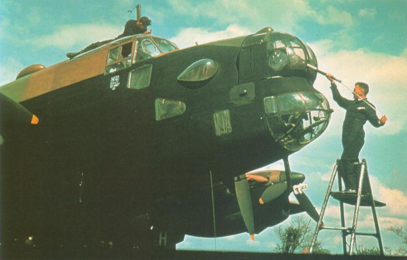 Чистка ствола пулемета носовой оборонительной установки бомбардировщика Хэндли Пейдж «Галифакс» B.Mk.I. 1940 г.