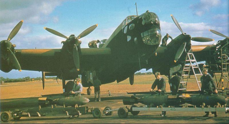 Подготовка к вылету бомбардировщика Хэндли Пейдж «Галифакс» B.Mk.II. 1940 г.