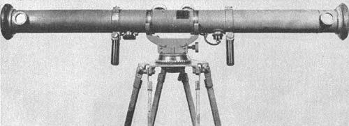 70-см базовый дальномер «IJA» с увеличением 12-кратным, вертикальным полем зрения в 2° и горизонтальным полем обзора 3°. Он откалиброван для измерения дальности до 10 тысяч метров.