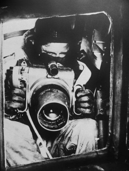 Фотограф ВВС с фотоаппаратом F.24 у наблюдательного люка самолета. 1940 г.