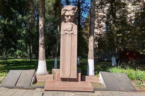 п. Любар. Памятник, установленный в 1971 году на братских могилах, в которых похоронено 128 участников Гражданской войны и советских воинов. Автор памятника- В.И. Нечуйветер.