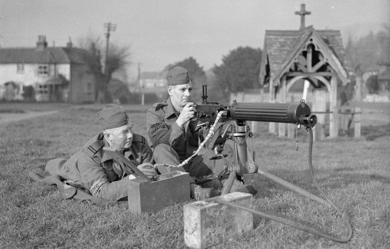 Ополченцы изучают пулемет в учебном центре. 1940 г.
