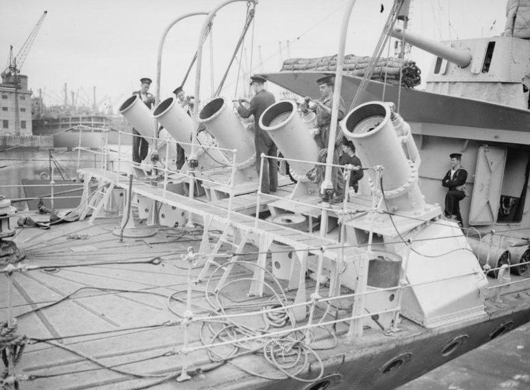 Испытания пятиствольной пусковой установки глубинных бомб на баке эсминца «Уайтхолл». 27 июля 1941 г.