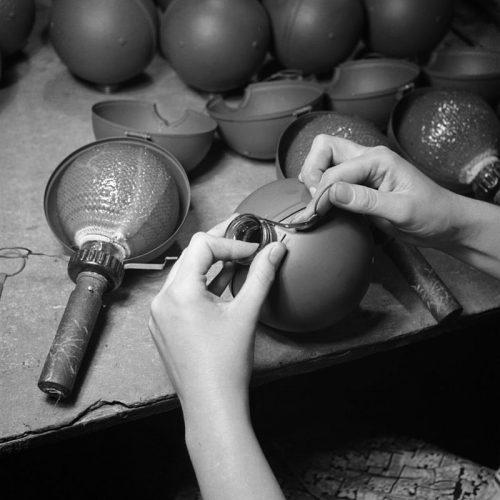 Изготовление бомб-липучек для ополчения. 1940 г.