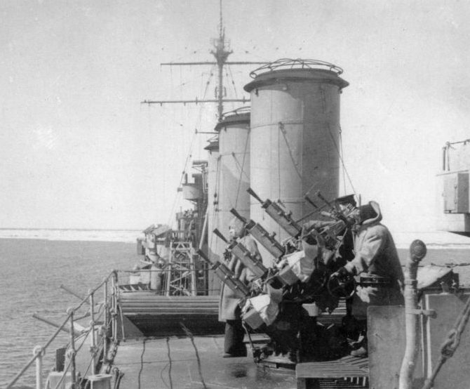 Зенитная установка «Виккерс» на борту крейсера «Саффолк». Датский пролив, июнь 1941 г.