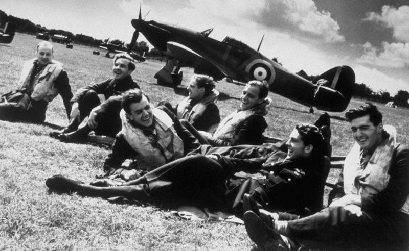 Группа пилотов 32-й эскадрильи британских Королевских ВВС отдыхает на аэродромной стоянке в Хокиндже. 1940 г.