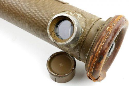 Стереоскопический дальномер с основанием 110 см. Он имеет 8-кратное увеличение, вертикальное поле зрения в 4,5° и горизонтальное поле зрения 5°. Прицельная сетка этого инструмента имеет шкалу от 250 до 6000 м.