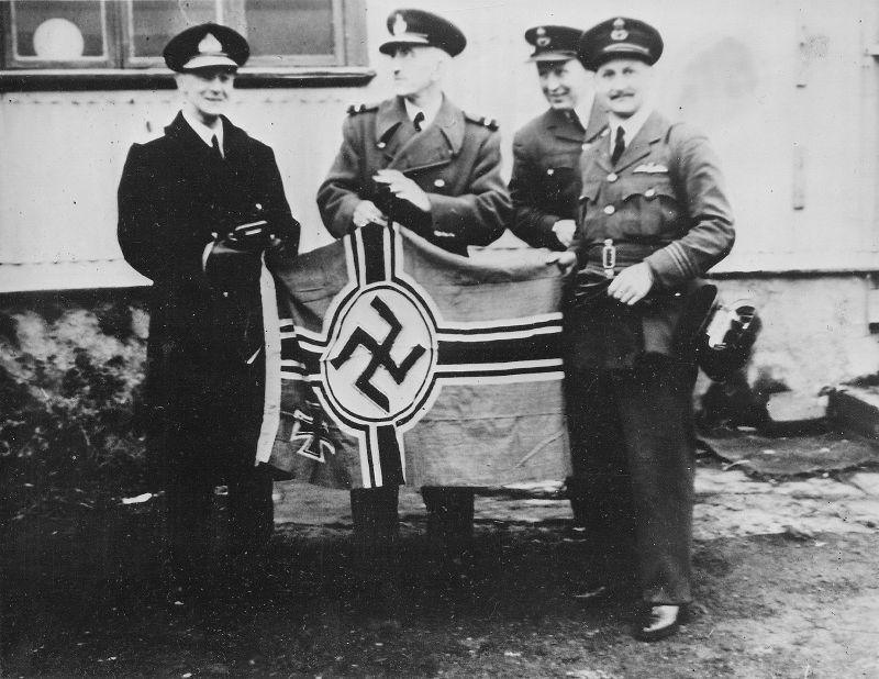 Британские моряки и летчики с флагом захваченной немецкой подлодки U-570. Сентябрь 1941 г.