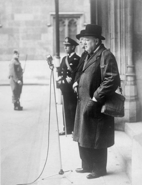Уинстон Черчилль инспектирует подразделение ополченцев. Лондон, 9 января 1941 г.