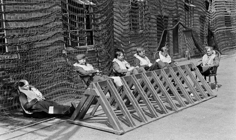 Британские летчики-истребители в ожидании сигнала на взлет. 1940 г.
