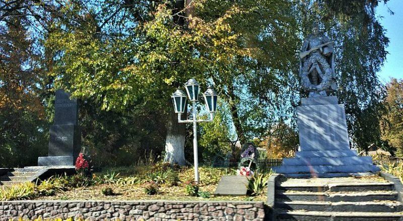 с. Юрьевка Любарского р-на. Памятник, у братских могил, в которых похоронено 60 советских воинов.