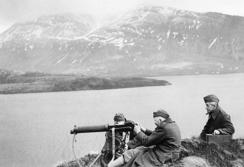 Ополченцы с пулеметом Виккерс на берегу озера Лох-Стэк в высокогорье Шотландии. 14 февраля 1941 г.