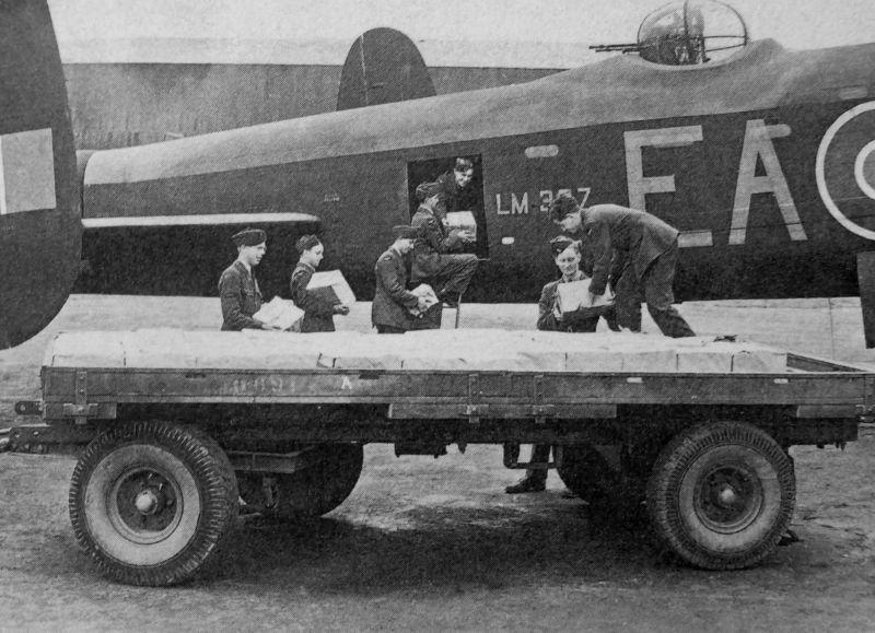 Погрузка пропагандистских листовок в бомбардировщик Авро «Ланкастер». 1940 г.