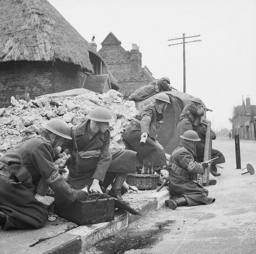 Отряд ополчения тренируется защищать улицу с помощью бомб с зажигательной смесью. Март 1941 г.