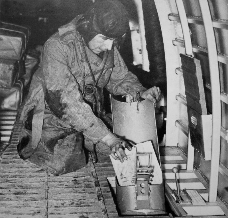 Летчик бомбардировщика A.W.23 «Уитли» готовит к сбросу пропагандистские листовки, разбрасываемые над территорией Германии. 1940 г.