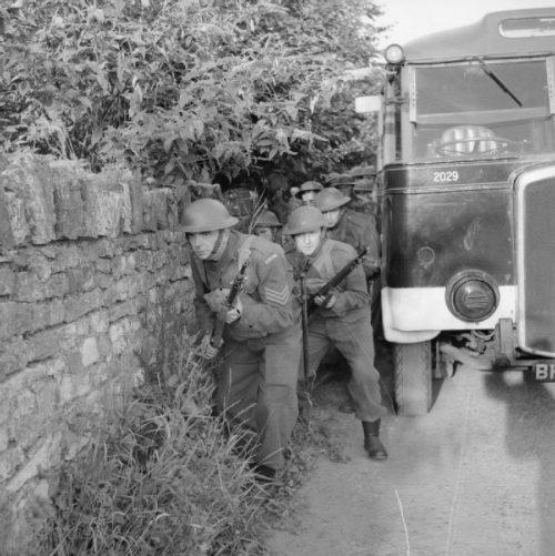 Ополченцы на обучении в городе. Март 1941 г.
