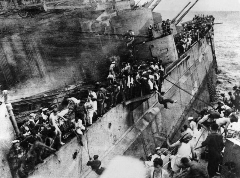 Команда покидает тонущий британский линкор «Принс оф Уэйлс» в районе Куантана в Южно-китайском море. 10 декабря 1941 г.